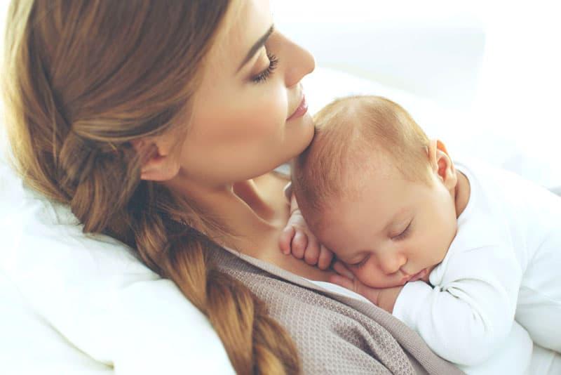 Baby schläft auf ihrer Mutter