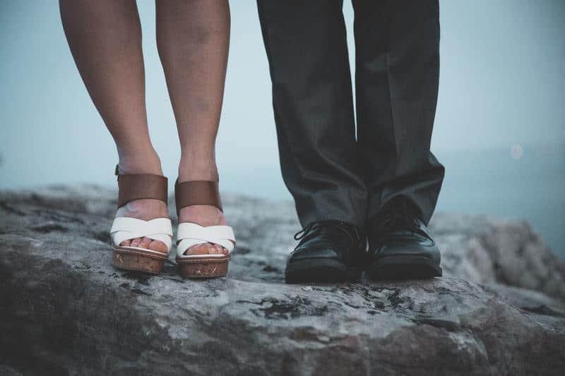 Beine von Frau und Mann
