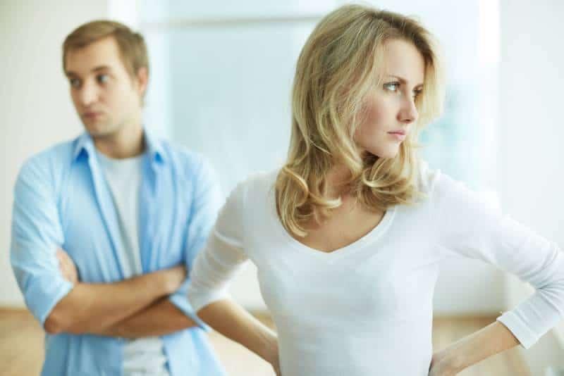 Bild der jungen verärgerten Frau im Streit mit ihrem Ehemann