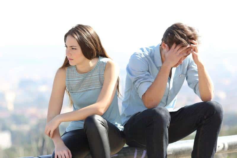 Böses Mädchen streiten mit ihrem Paar Trennung