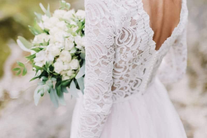 Braut hält einen Hochzeitsstrauß, Hochzeitskleid, Hochzeitsdetails