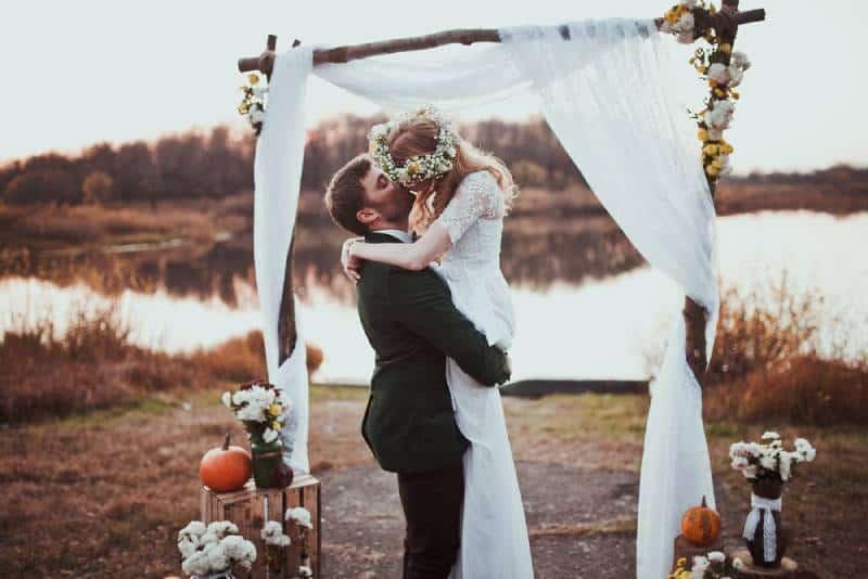 Braut und Bräutigam auf Hochzeitszeremonie auf rustikaler Herbsthochzeit