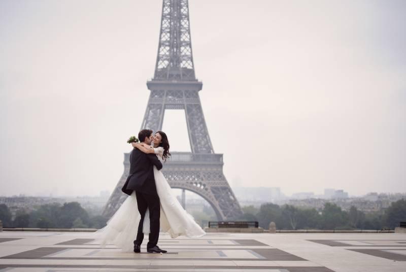 Braut und Bräutigam haben einen romantischen Moment an ihrem Hochzeitstag in Paris