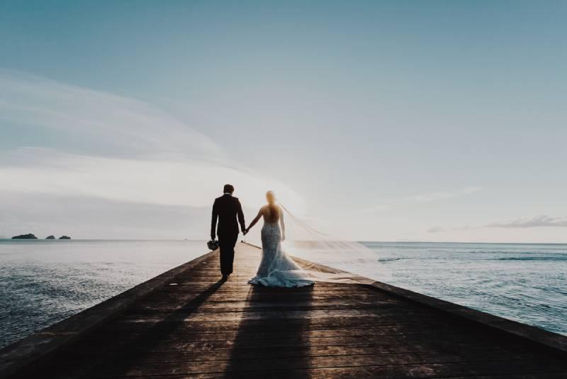 Brautpaar, das auf Seedock geht