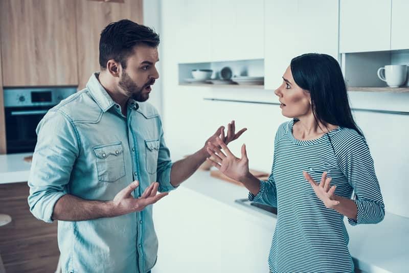 Bruder streitet mit seiner Schwester