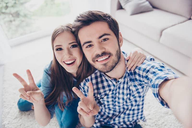 Bruder und Schwester posieren vor der Kamera
