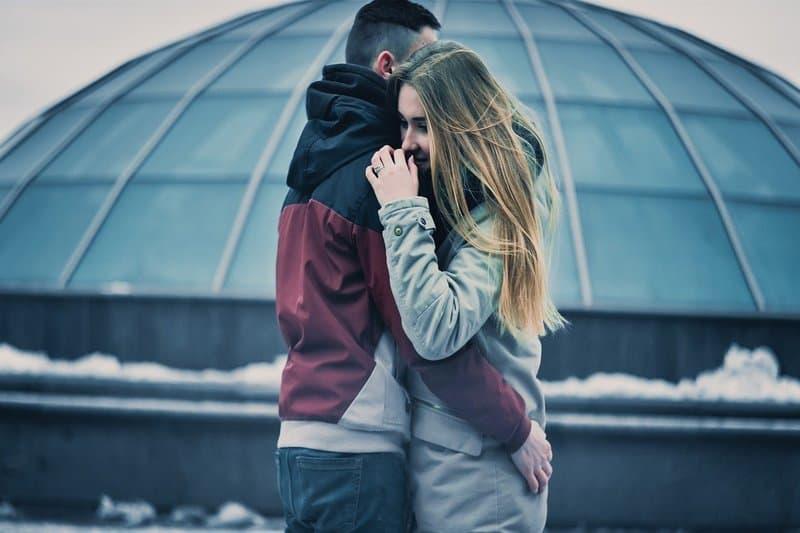 Das Paar umarmt sich