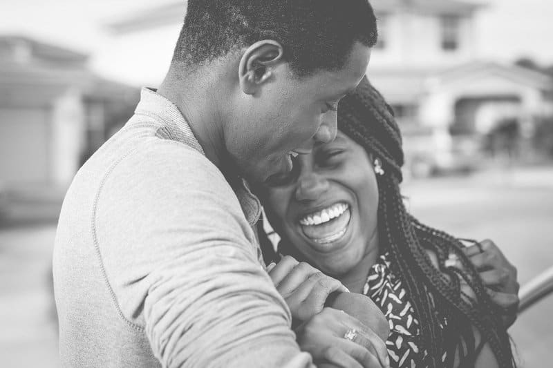 Das schwarze Paar umarmte sich lachend