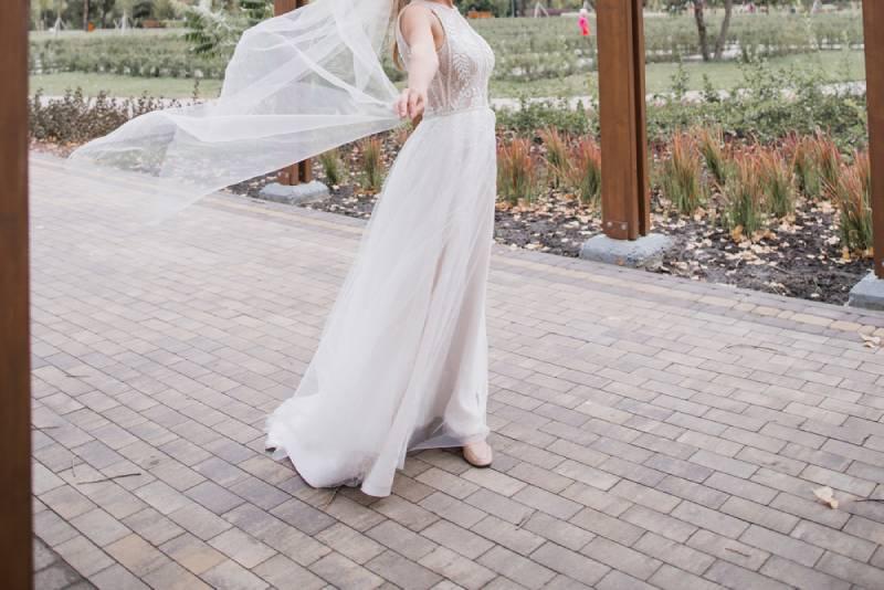Der Brautschleier fliegt im Wind