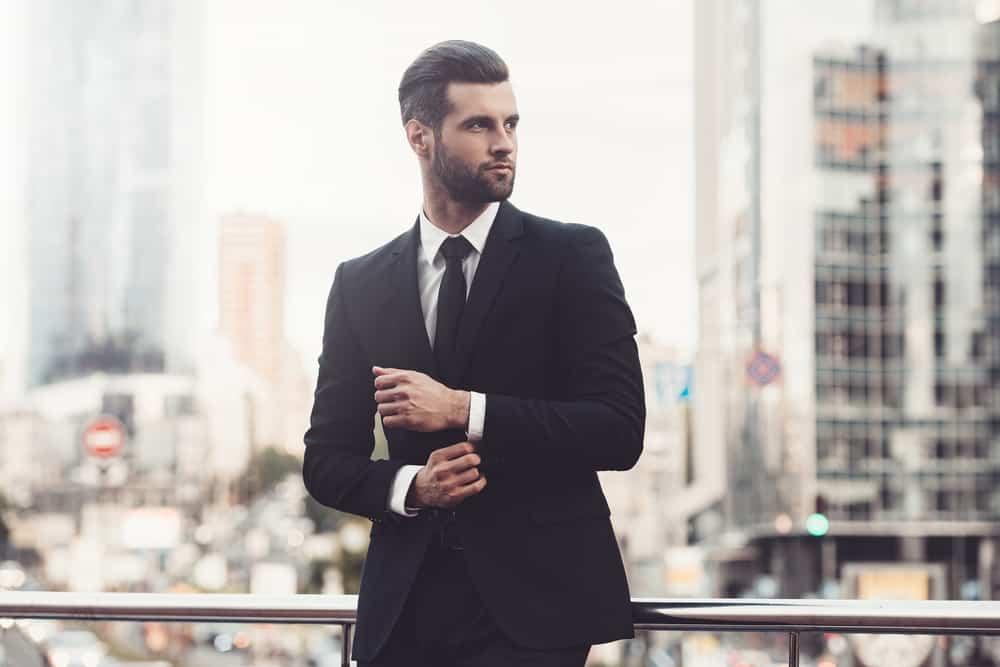 Der Mann im Anzug steht auf und schaut weg