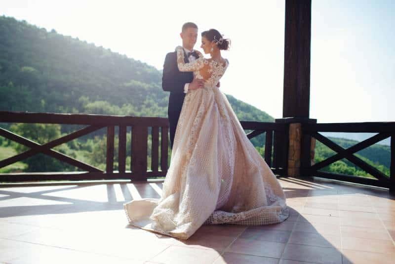 Der erste Tanz der Jugend. Braut und Bräutigam tanzen ihren ersten Tanz.