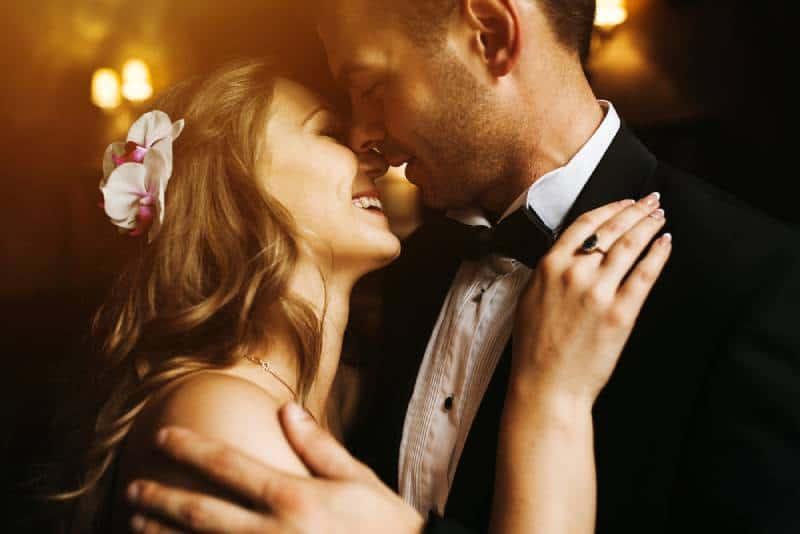 Die Braut und der Bräutigam in einem gemütlichen Haus, Foto mit natürlichem Licht vom Fenster gemacht.