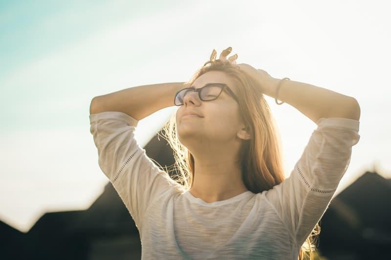 Die Frau genießt die Sonne