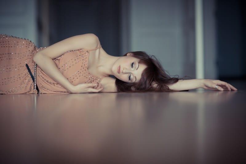 Die Frau liegt auf dem Boden