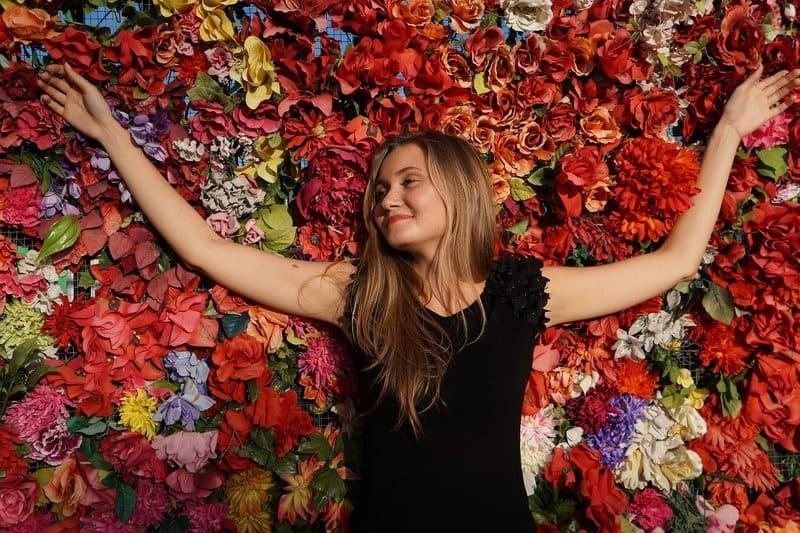 Die Frau liegt auf den Blumen