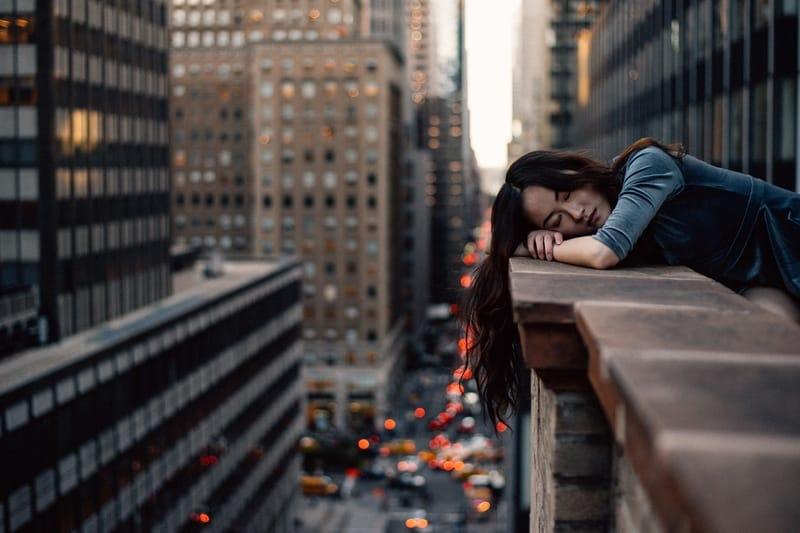 Die Frau liegt auf einem Zaun in der Wohnung