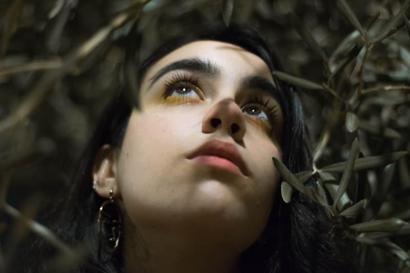 Die Frau schaut zum Himmel auf