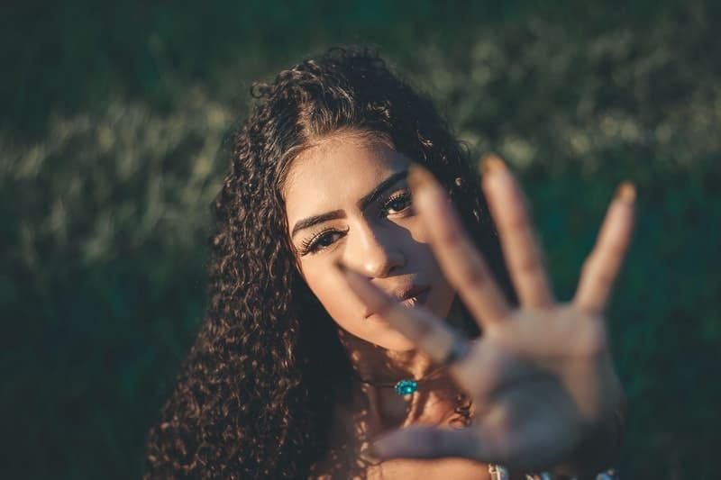 Die Frau streckt ihre Hand nach oben