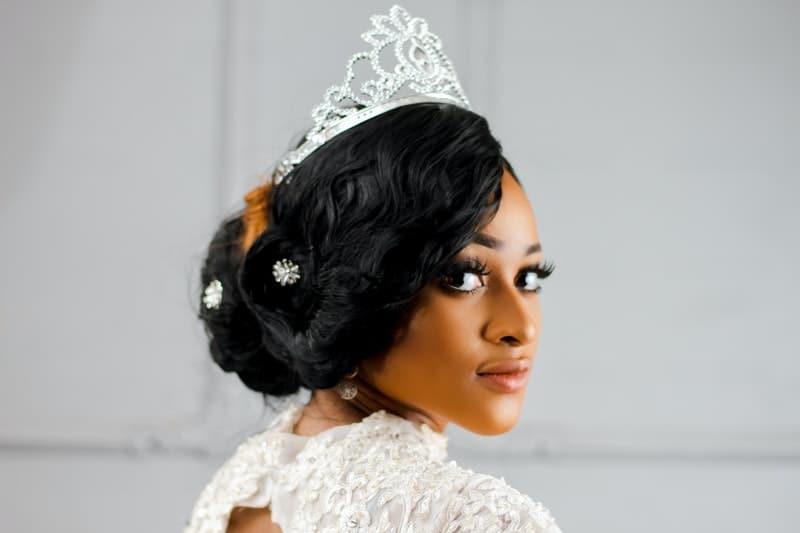 Die Frau trägt eine Krone