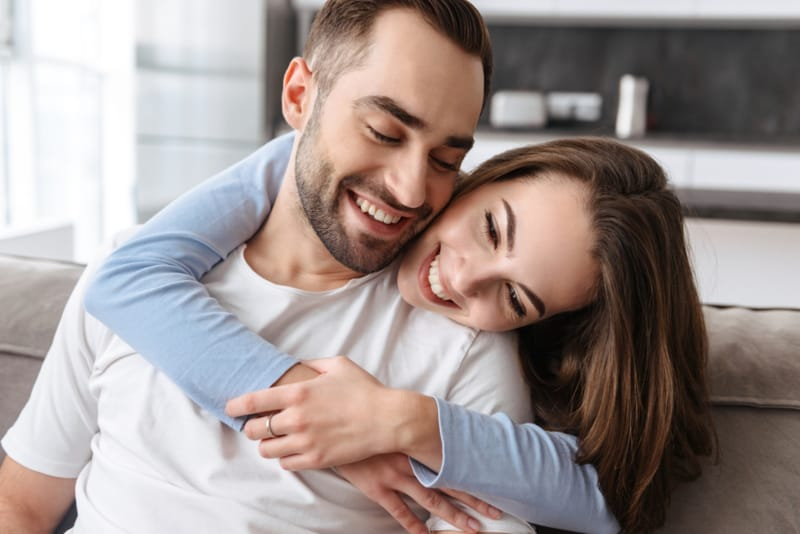 Die Frau umarmt den Mann