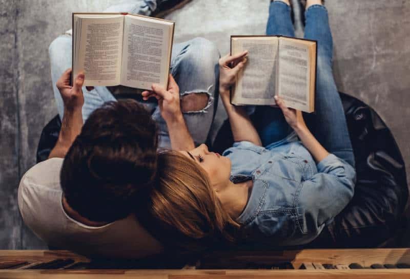 Die Studenten studieren in der Bibliothek