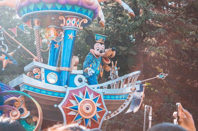 Disney-Charaktere fahren auf Kutsche
