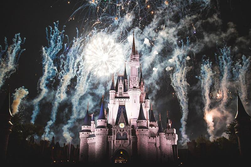 Disney World Castle bei Nacht mit Feuerwerk