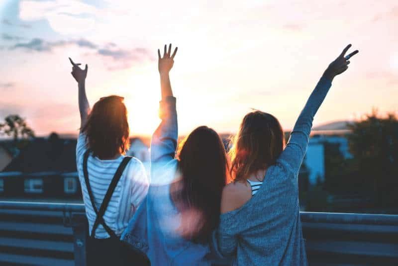 Drei Frauen heben die Hände