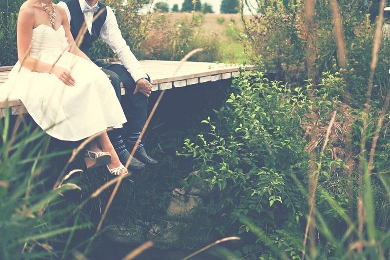 Ehepaar sitzt auf der Brücke