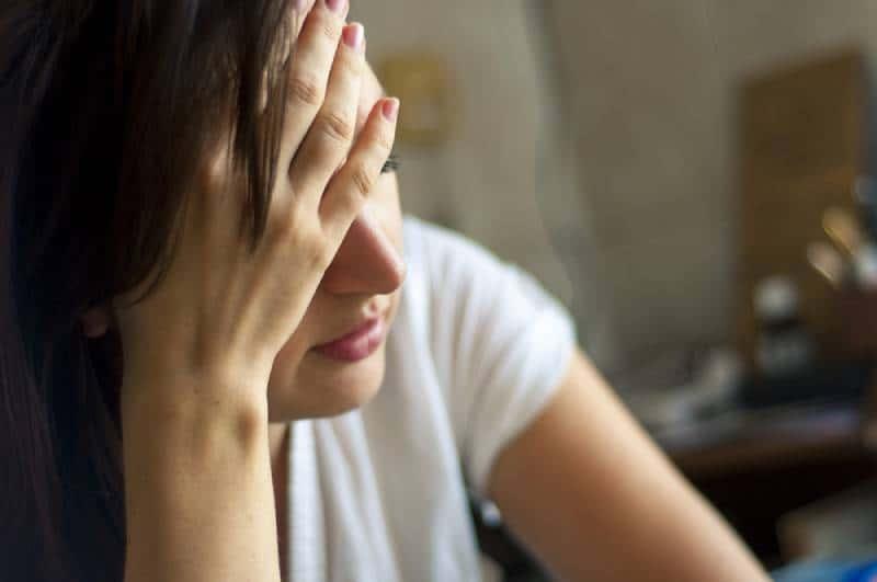 Ein Bild des Mädchens mit Kopfschmerzen