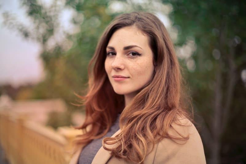 Frau in braunen Jacke