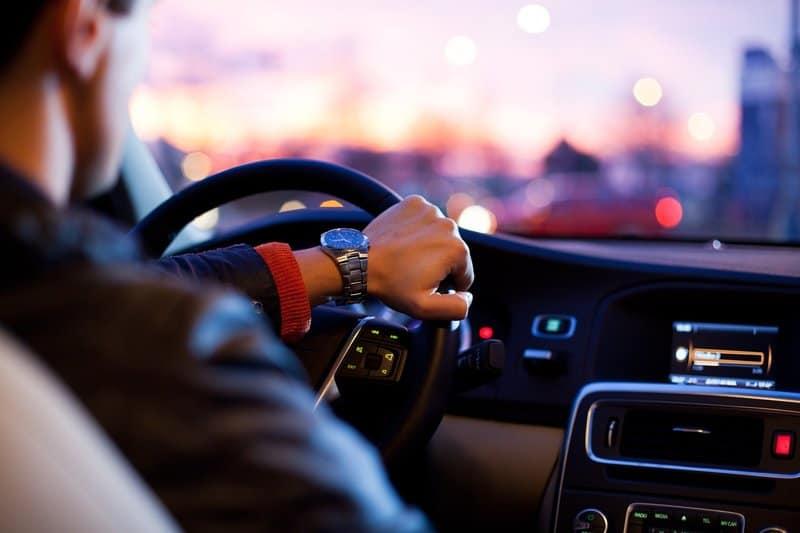 Ein Mann fährt ein Auto
