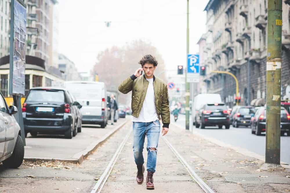 Ein Mann geht die Straße entlang