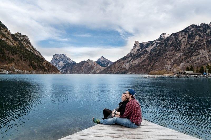 Ein Mann und eine Frau sitzen am Wasser