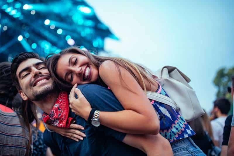 Ein charmantes junges Paar, das zusammen ein Konzert genießt