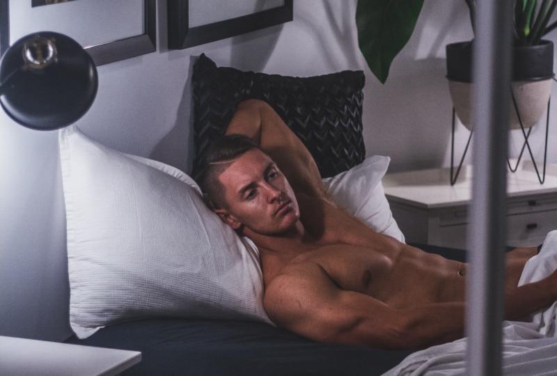 Ein einsamer Mann liegt im Bett