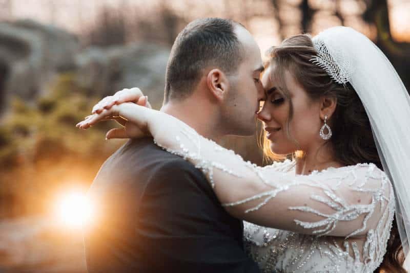 Ein glückliches Paar an ihrem Hochzeitstag, das sich ansieht und lächelt