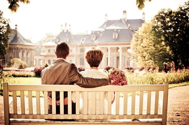 Ein liebendes Paar sitzt auf einer Bank