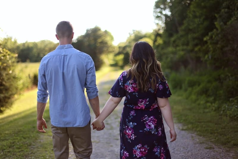 Ein liebevolles Paar kommt herein und redet