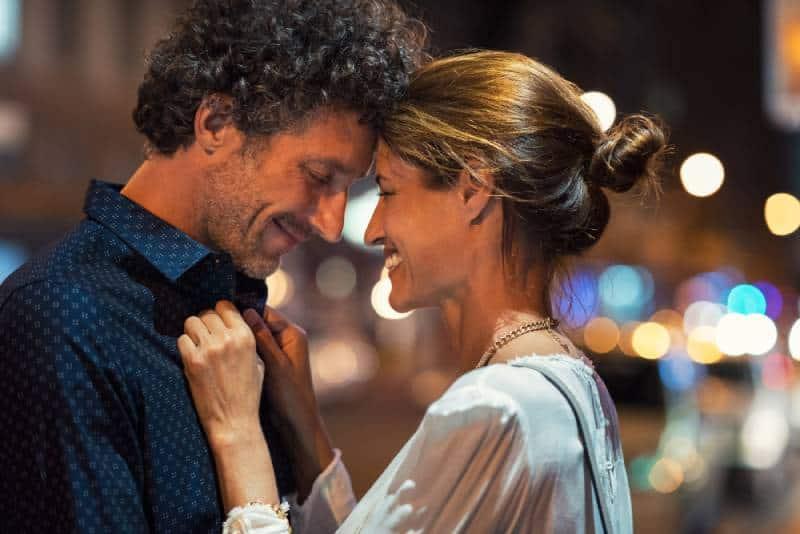 Ein romantischer Mann und eine romantische Frau am Abend