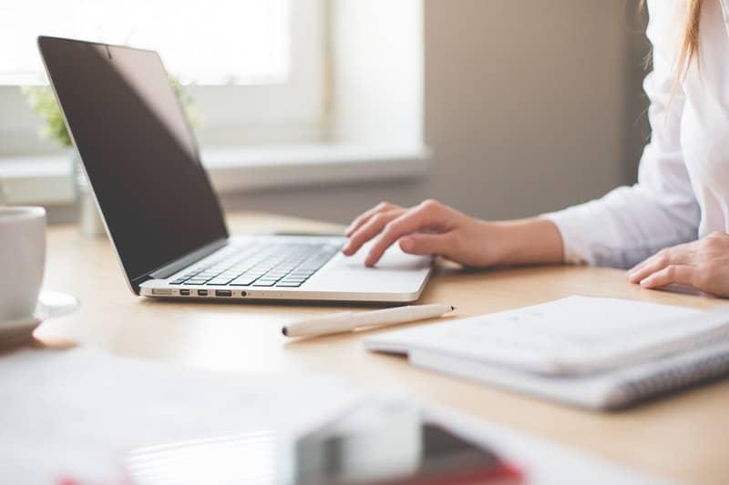 Eine Frau benutzt einen Laptop
