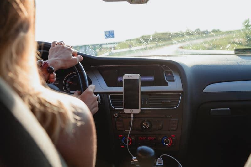 Eine Frau fährt in einem Auto