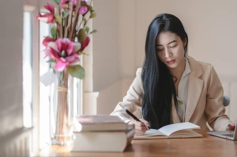 Eine Frau schreibt ein Buch