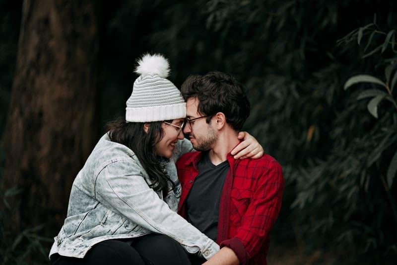 Eine Frau sitzt auf einem Mann in ihrem Schoß