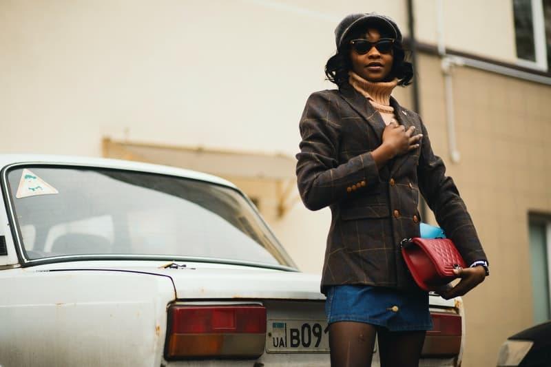 Eine Frau steht am Auto