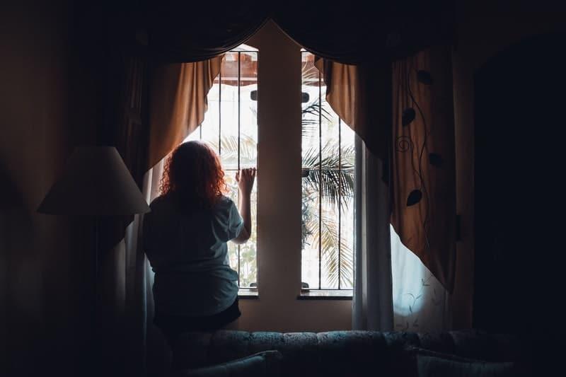 Eine Frau steht vor einem Fenster