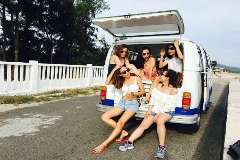 Eine Gruppe von Freunden sitzt hinten in einem Van