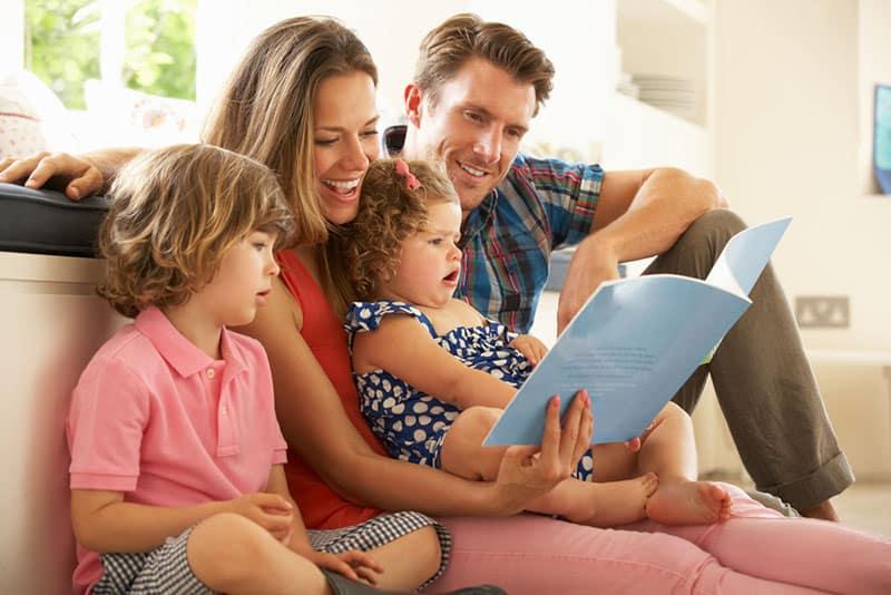 Eltern lesen mit ihren Kindern