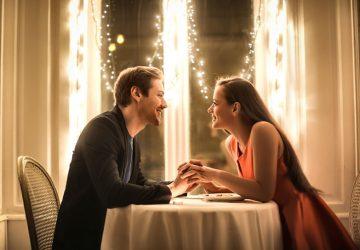 glückliches Paar beim Abendessen