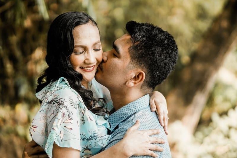 Foto eines Mannes, der eine Frau küsst